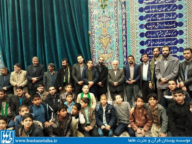 تصویری از حضور بچه های مداح در جمع مداحان نخبهی استان